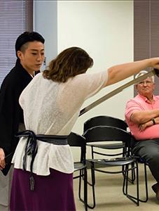 在シカゴ日本領事館での剣舞ワークショップの様子